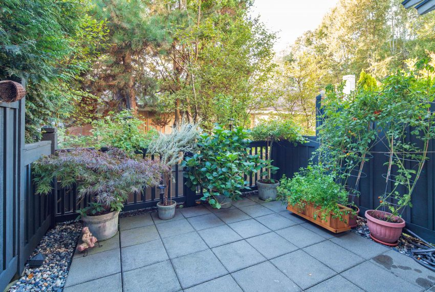 townhouse-for-sale-359-W-59th-Ave-yard