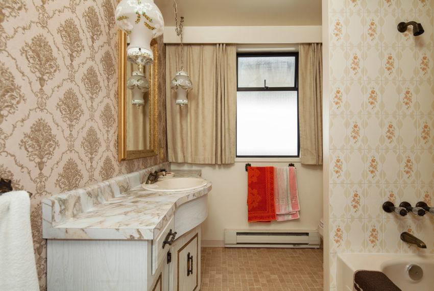 220 E 53rd Ave Bathroom